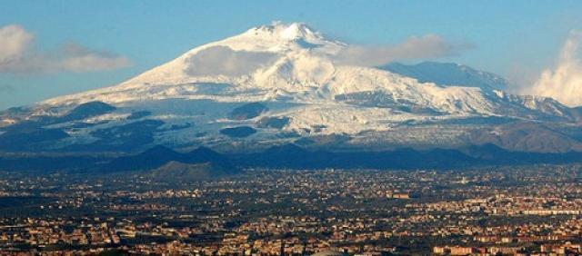 Catania e Monte Etna sullo sfondo