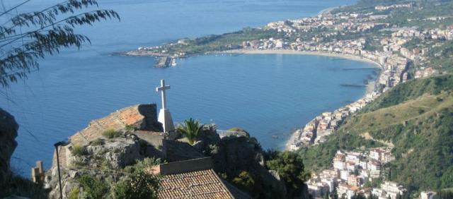 Veduta di Giardini Naxos da Taormina
