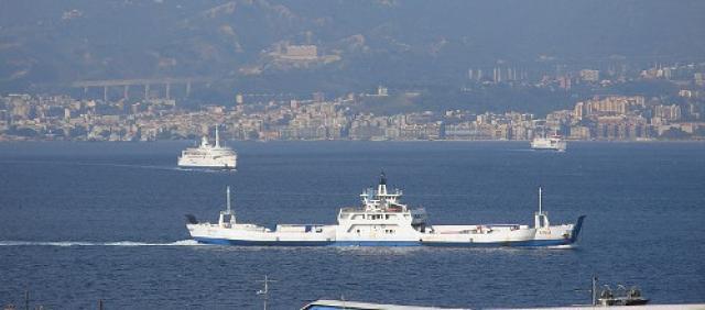 Traghetto nello stretto di Messina